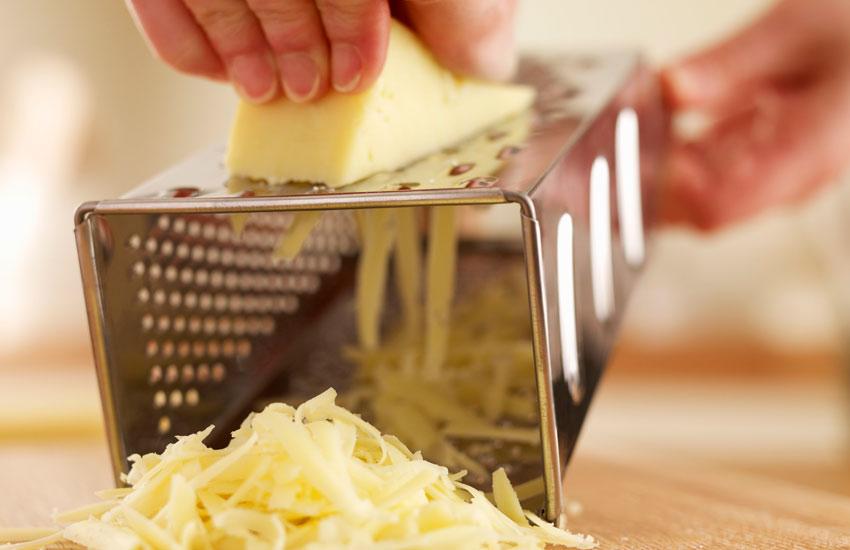 خرید پنیر پیتزا - موزارلای کهنه را میتوان راحت رنده کرد